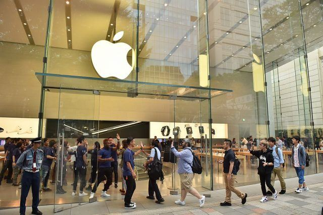 Apple employees greet customers as they arrive to buy the new Apple iPhone 7