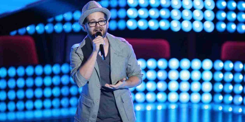 Josh Kaufman is singing on stage of The Voice.
