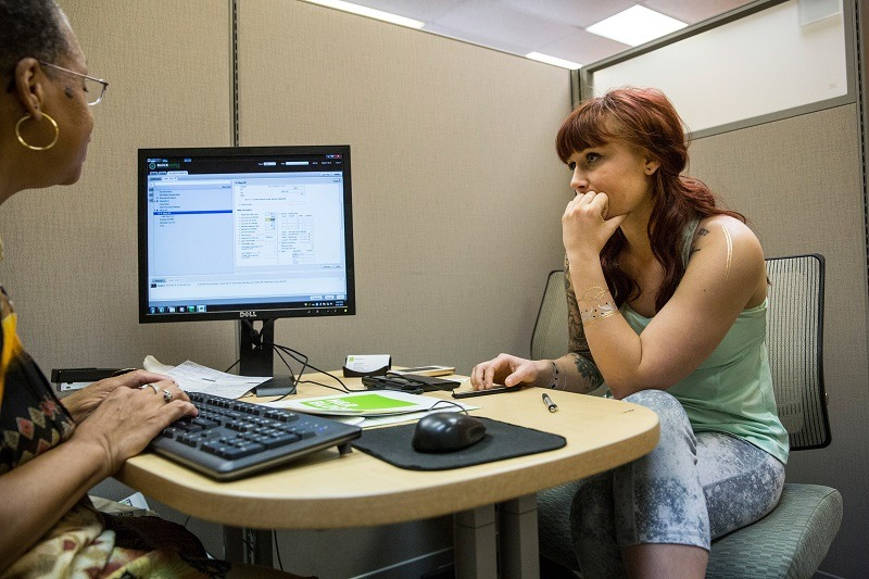 A woman meets with an accountant at her bank