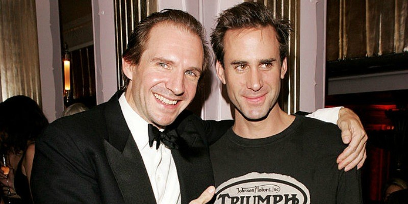 Brothers Ralph and Joseph Fiennes posing with their arms around each other