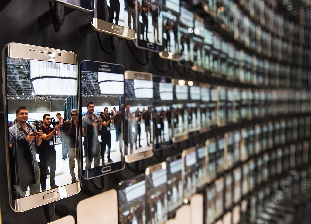 Visitors are reflected in numerous Samsung Galaxy S6 edge smartphones