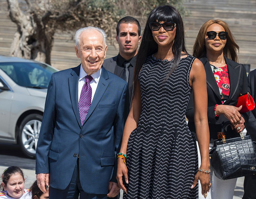 British model Naomi Campbell (C) stands next to her mother Valerie Morris and former Israeli president Shimon Peres