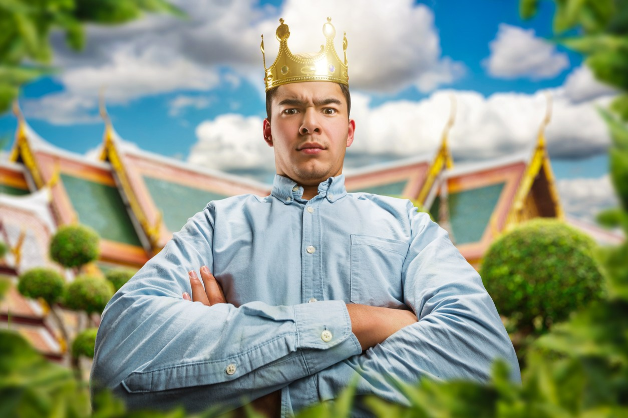a man wearinga crown on his head