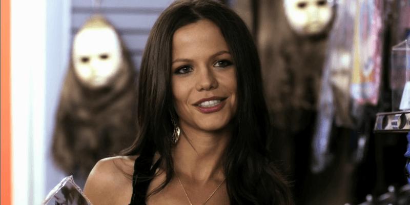 Jenn Marshall is talking in Pretty Little Liars.