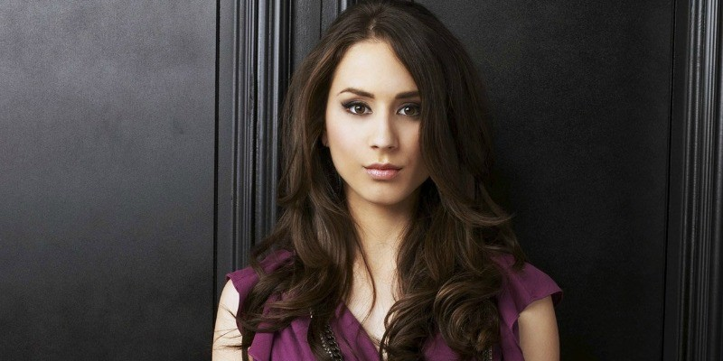 Spencer is lookign straight ahead in Pretty Little Liars.