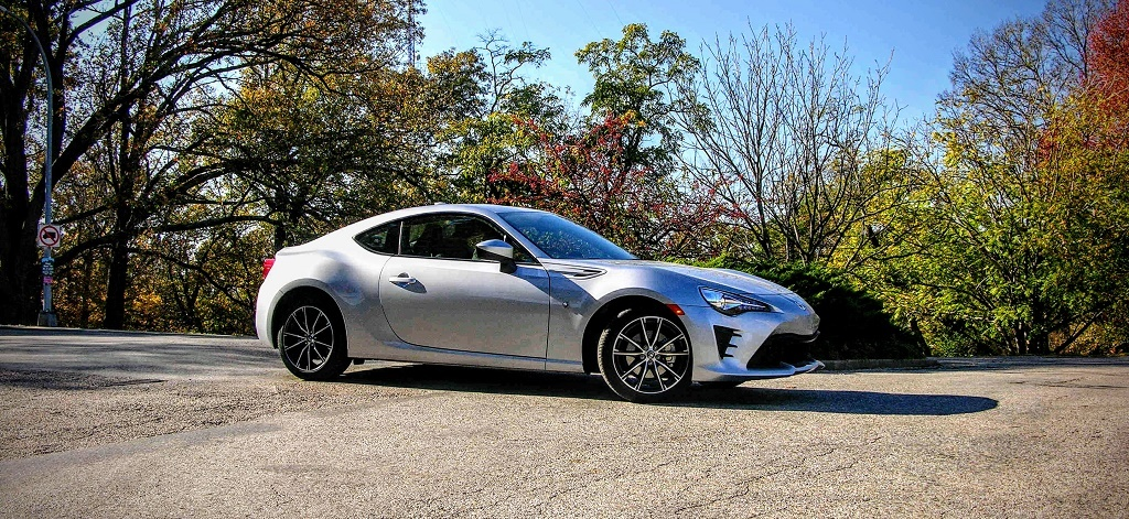 a silver Toyota 86.