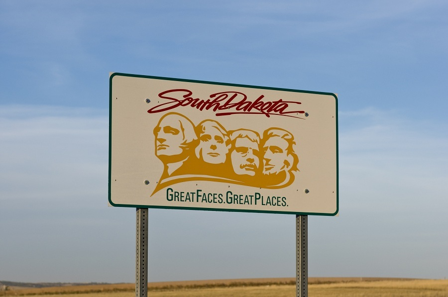 South Dakota welcome sign featuring Mount Rushmore