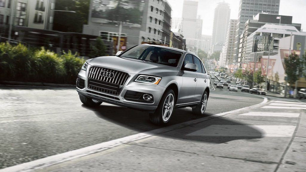 front three-quarter view of 2014 Audi Q5 in silver