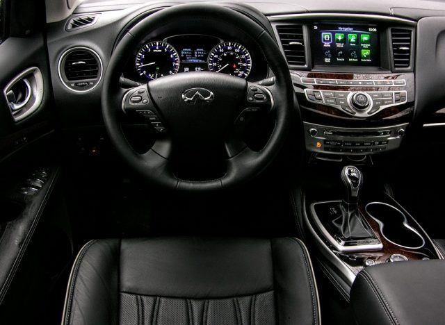 Memory focused seats, steering wheel setups, and side mirrors make swapping drivers a breeze in the 2017 QX60