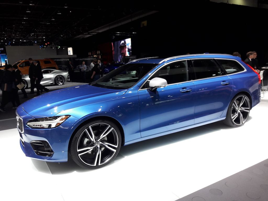 The 2017 Volvo V90 looks stunning in blue