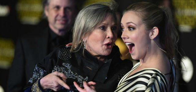 Carrie Fisher posing with Billie lourd on a red carpet.