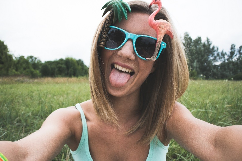 girl taking selfie for Instagram