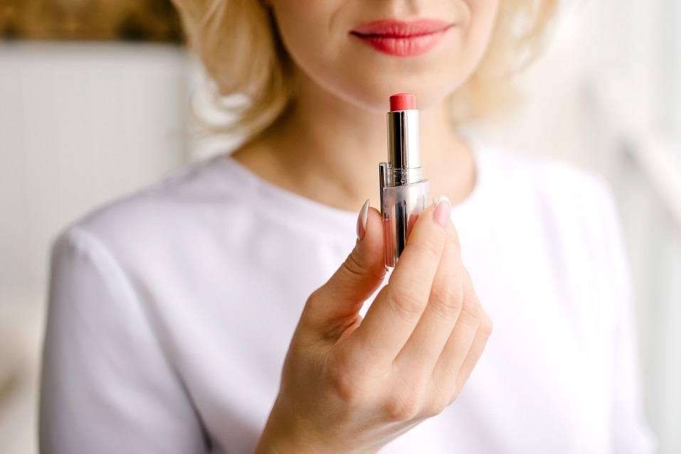Lipstick to paint lips