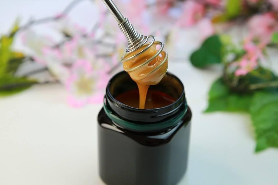 Manuka honey in a black jar