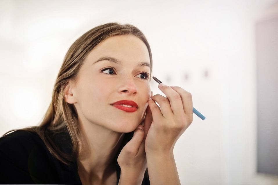 woman putting make-up