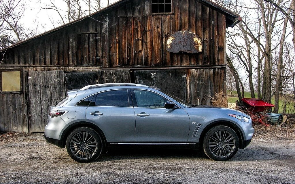 Side view of 2017 Infiniti QX70