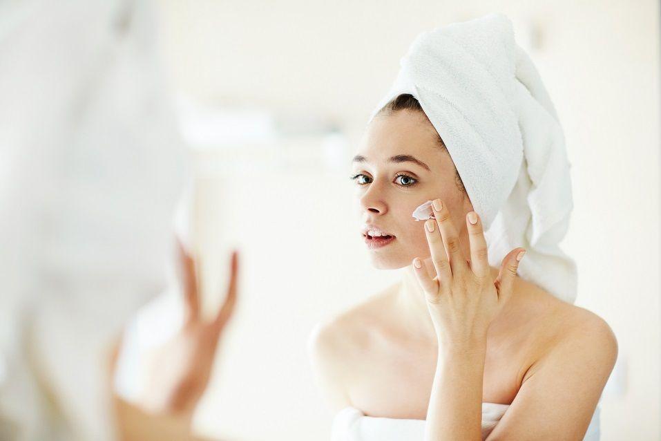girl applying moisturizing cream