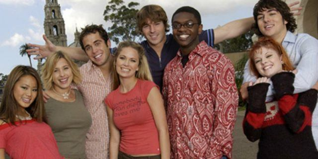 Cast of 'The Real World' Season 14 posing together.