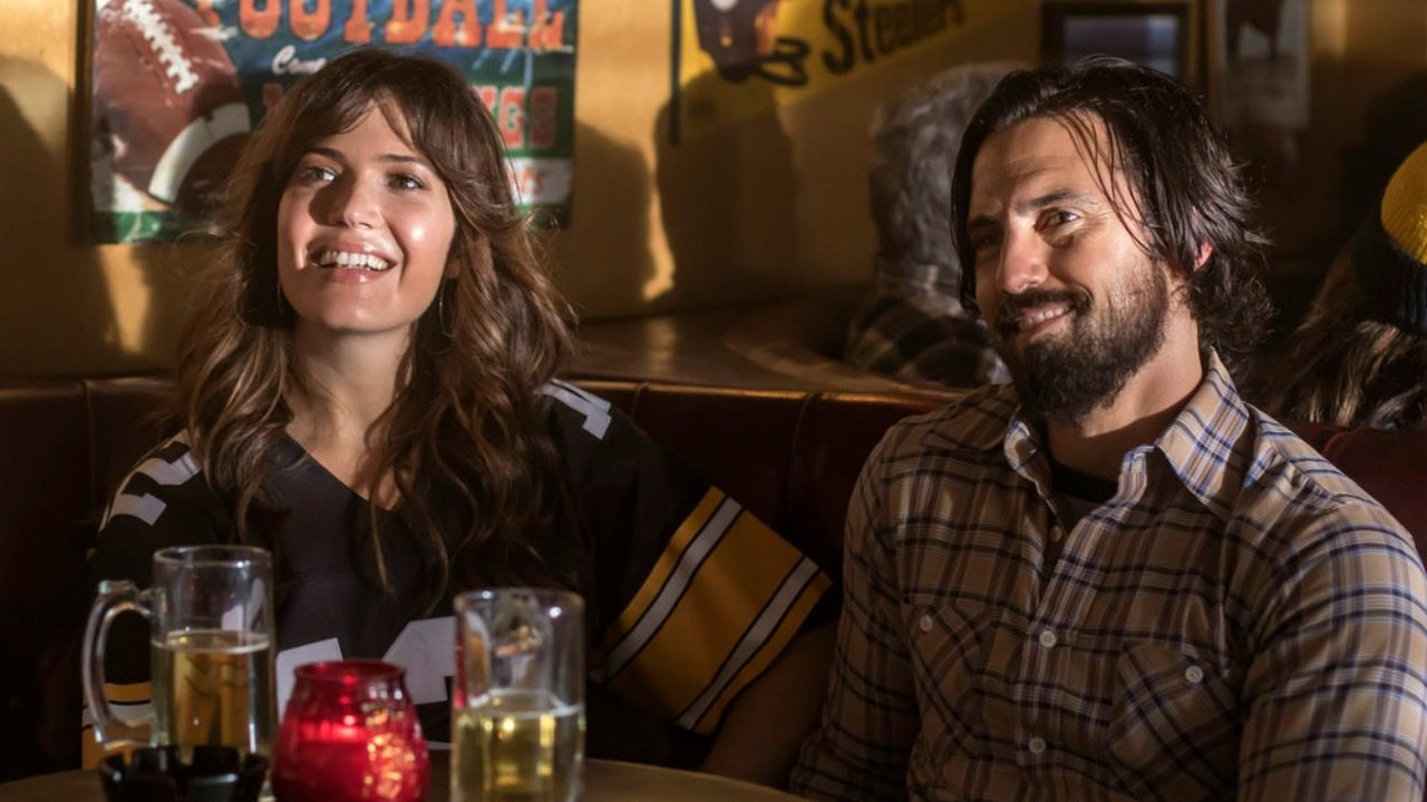 Mandy Moore and Milo Ventimiglia as Rebecca and Jack Pearson sit next to each other in a booth on NBC's This is Us
