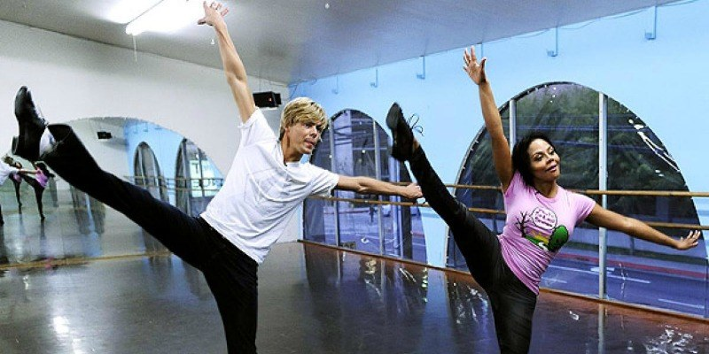Derek Hough and Lil' Kim dancing on Dancing With the Stars.