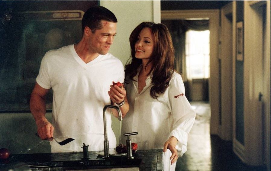 Angelina Jolie and Brad Pitt in a kitchen making breakfast together in Mr. and Mrs. Smith