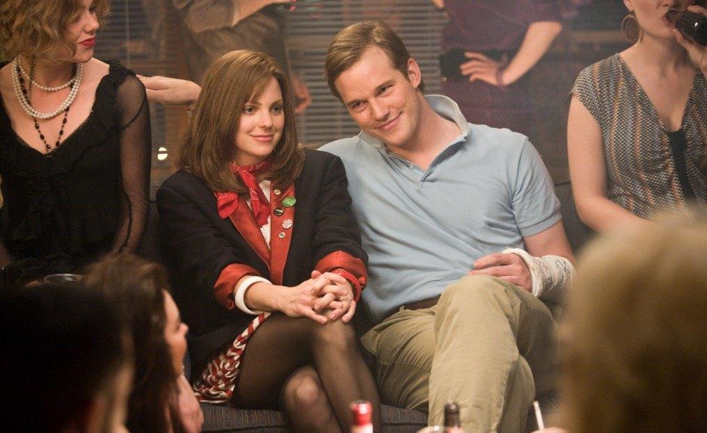 Anna Faris sits awkwardly next to a smiling Chris Pratt in Take Me Home Tonight