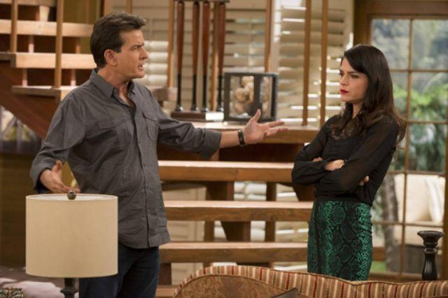 Charlie (Charlie Sheen) and Kate (Selma Blair) on 'Anger Management'
