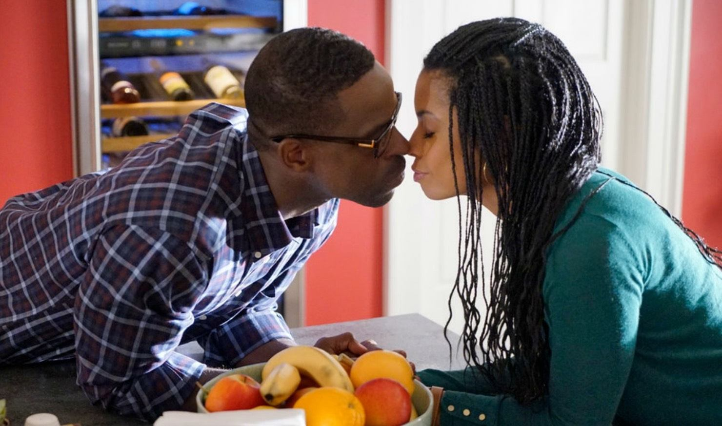 Sterling K. Brown and Susan Kelechi Watson's Beth and Randall Pearson share a kiss in NBC's This Is Us