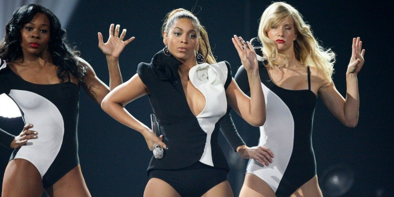 Beyonce Knowles and Heather Morris dancing at the American Music Awards in black and white suits