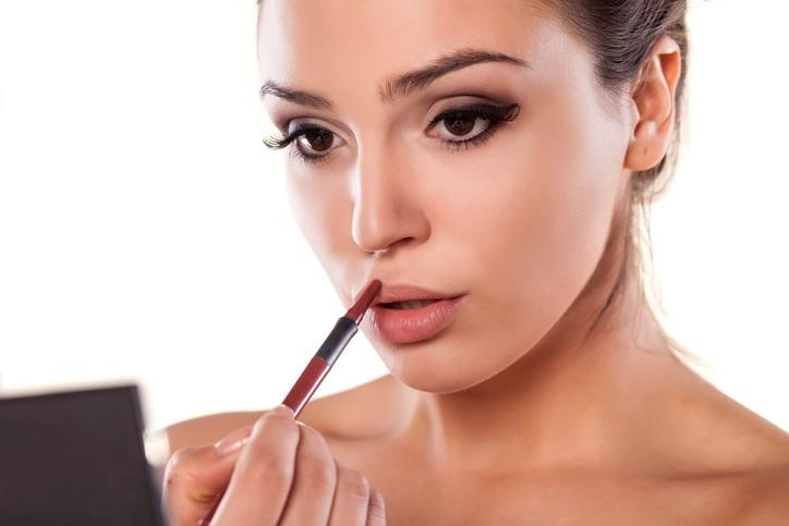 woman applying a lip liner