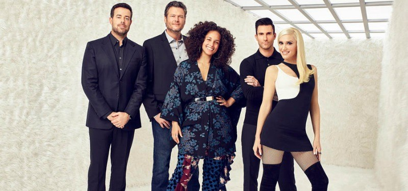 (l-r) Carson Daly, Blake Shelton, Alicia Keys, Adam Levine, Gwen Stefani smiling in front of a white background