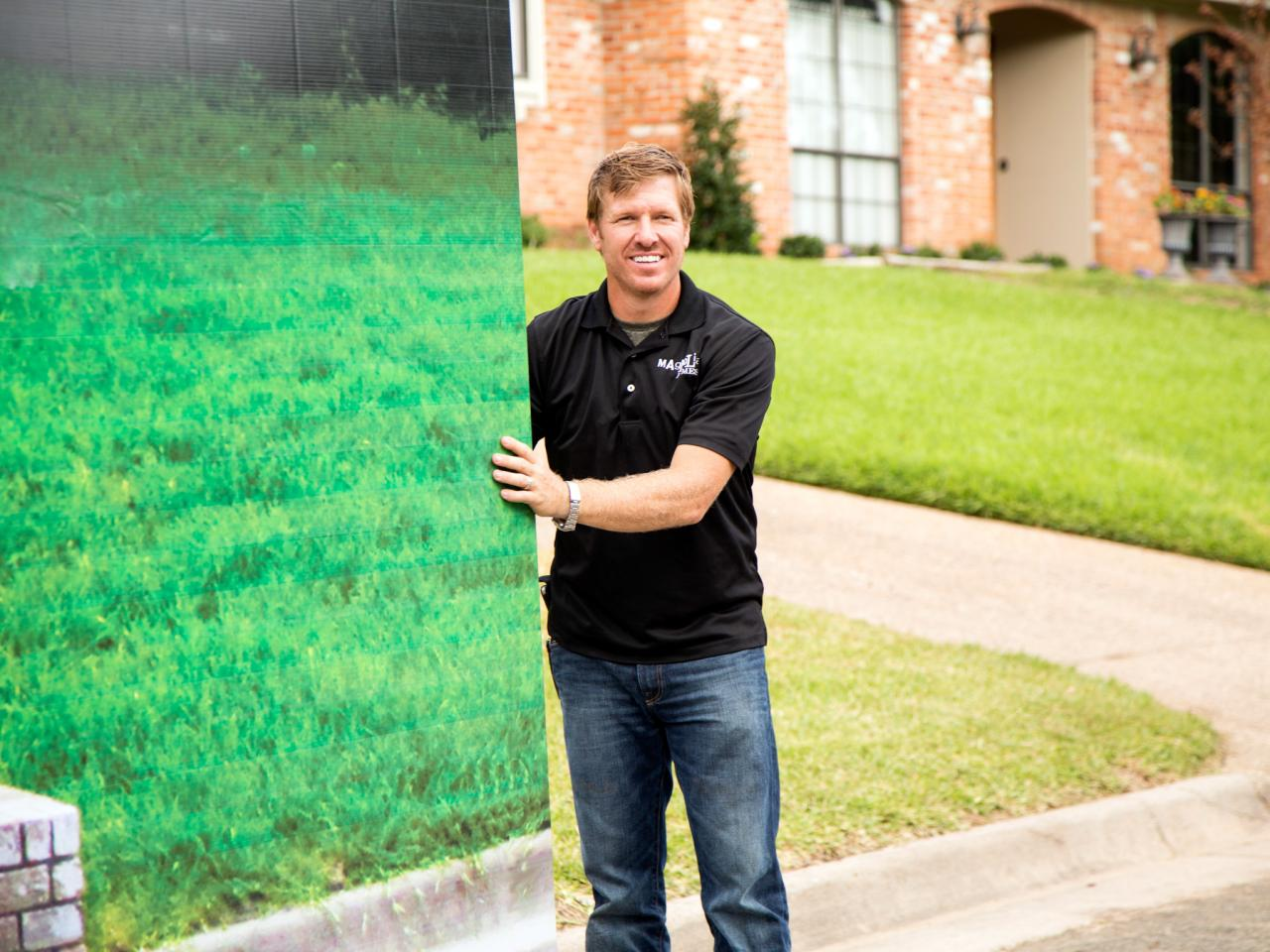 Chip Gaines holds a canvas in Fixer Upper
