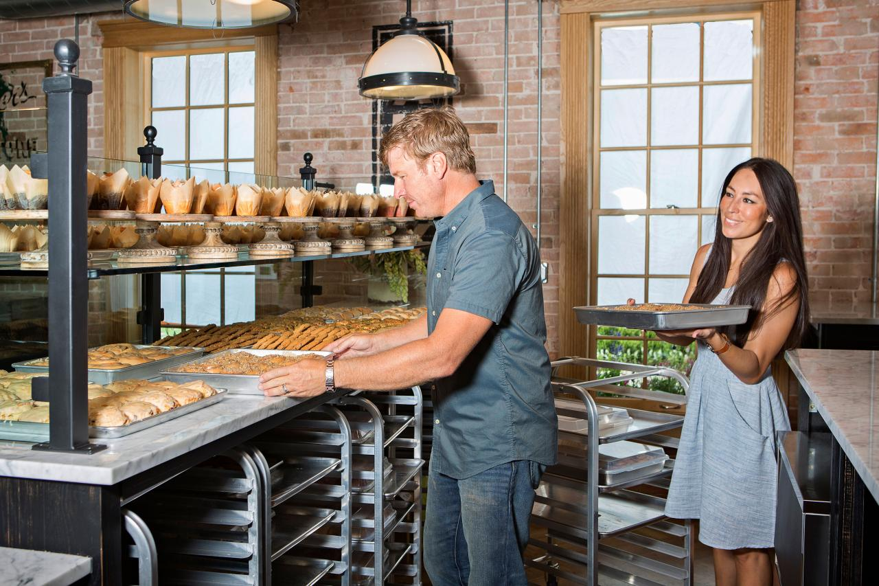 Fixer Upper's Chip and Joanna Gaines bake at Magnolia bakery