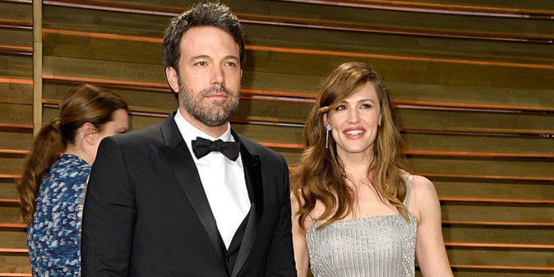 Ben Affleck and Jennifer Garner smiling on the red carpet together.