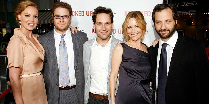 Katherin Heigl, Seth Rogen, Paull Rudd, Leslie Mann, and Judd Apatow are all lined up on the red carpet smiling together.