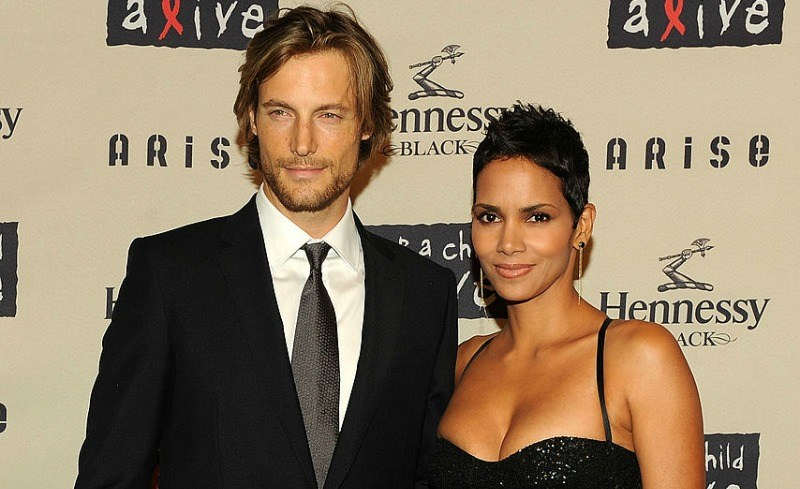 Halley Berry and Gabriel Aubry pose together on the red carpet.