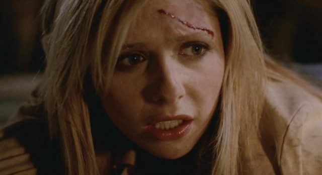 Sarah Michelle Gellar as Buffy Summers with a scar on her forehead fighting in 'Buffy the Vampire Slayer'.