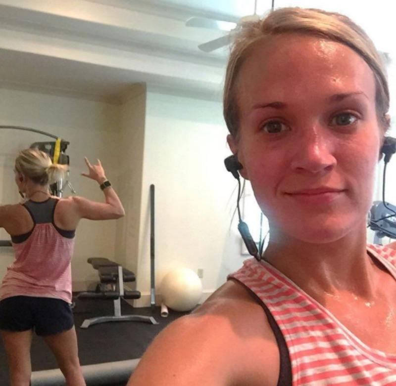 Carrie Underwood is posing at the gym and taking a selfie.
