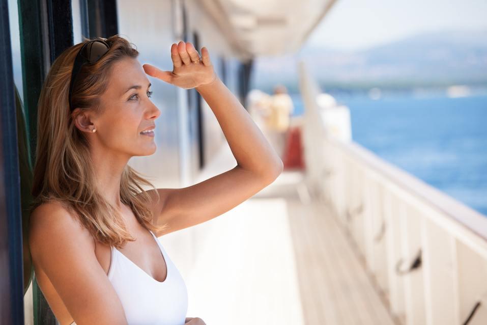 femme sur le pont regardant l'horizon