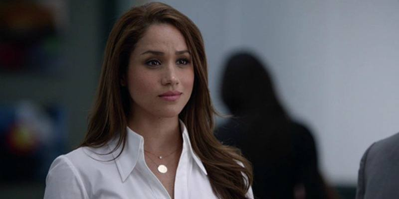 Meghan Markles is wearing a white shirt in Suits.