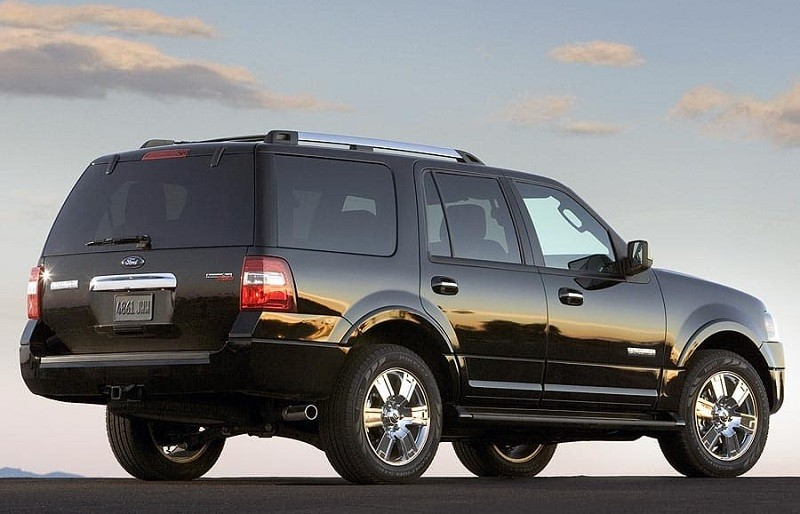 Rear three-quarter view of black Ford Expedition SUV from 2007 model year