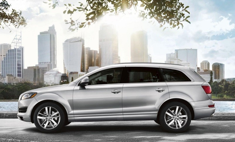 profile of 2014 Audi Q7 in silver