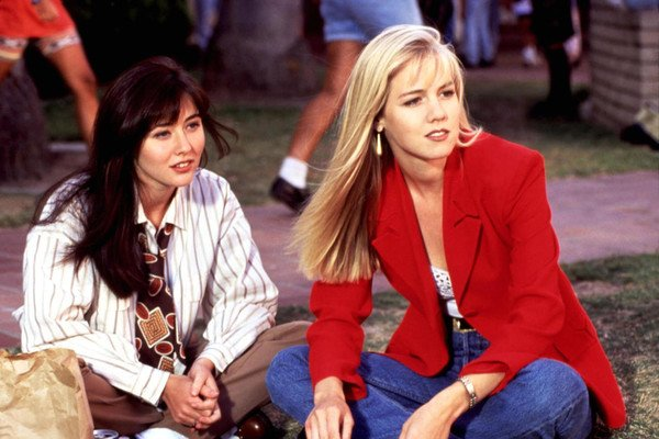 Shannen Doherty sits next to Jennie Garth on a lawn in Beverly Hills, 90210