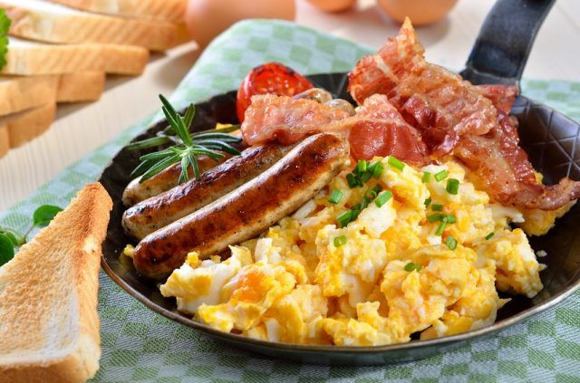 Scrambled eggs with fried bacon