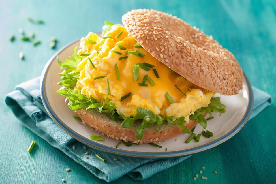 Bagel sandwich au petit déjeuner avec œuf et laitue au fromage