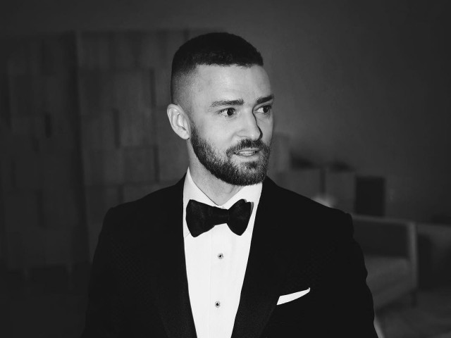 Justin Timberlake stands in a Tom Ford tux at the 2017 Oscars