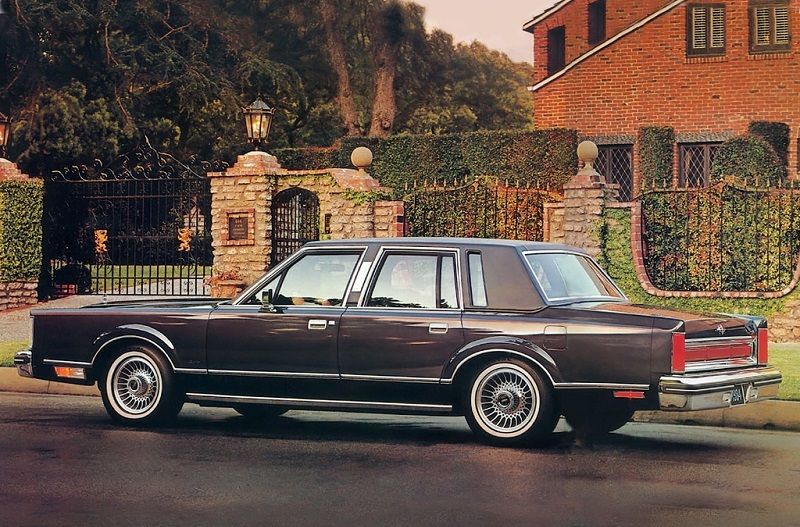 View of a 1983 Lincoln Town Car from the contemporary print ad
