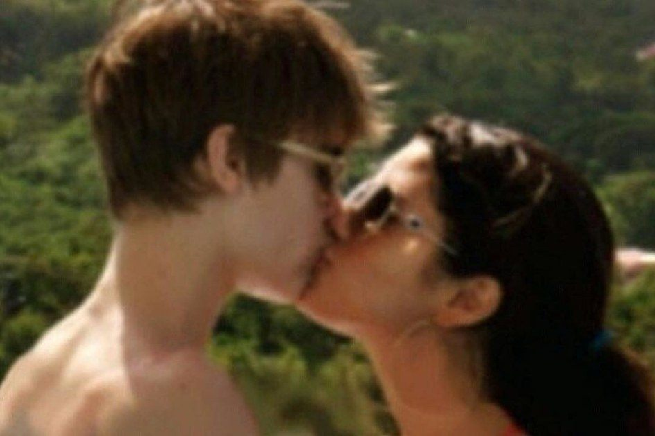 Justin Bieber and Selena Gomez kiss in a throwback photo posted on Instagram