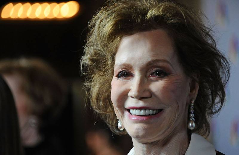 Mary Tyler Moore poses for cameras