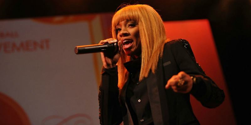 Lil Mama is rapping on stage in a black outfit.